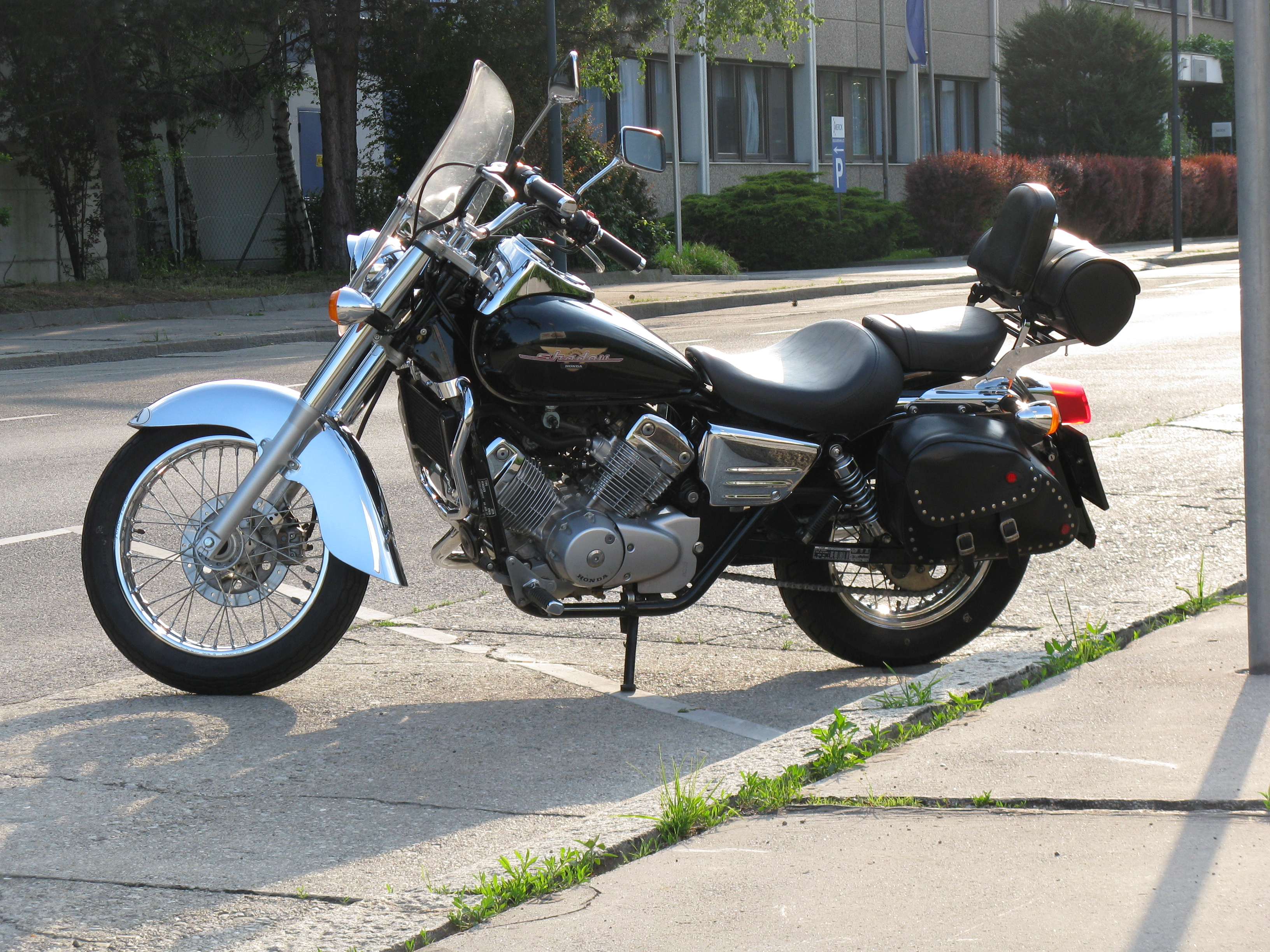 file honda shadow vt 125 c1 with original honda accessoires wikimedia commons. Black Bedroom Furniture Sets. Home Design Ideas