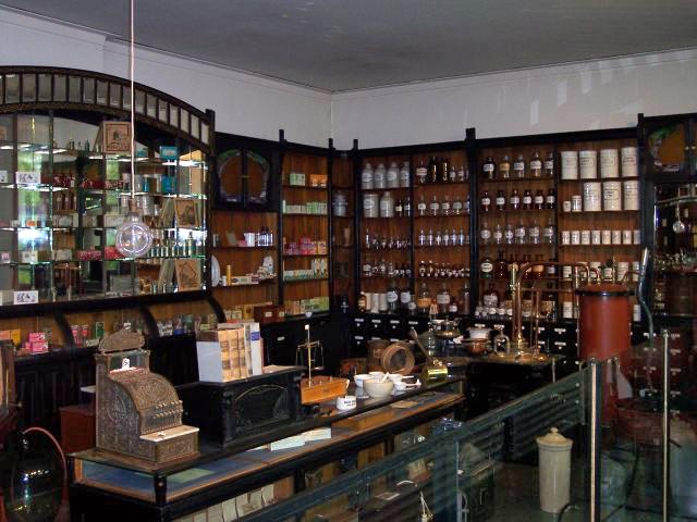 Ficheiro:Inneres einer historischen Apotheke.jpg