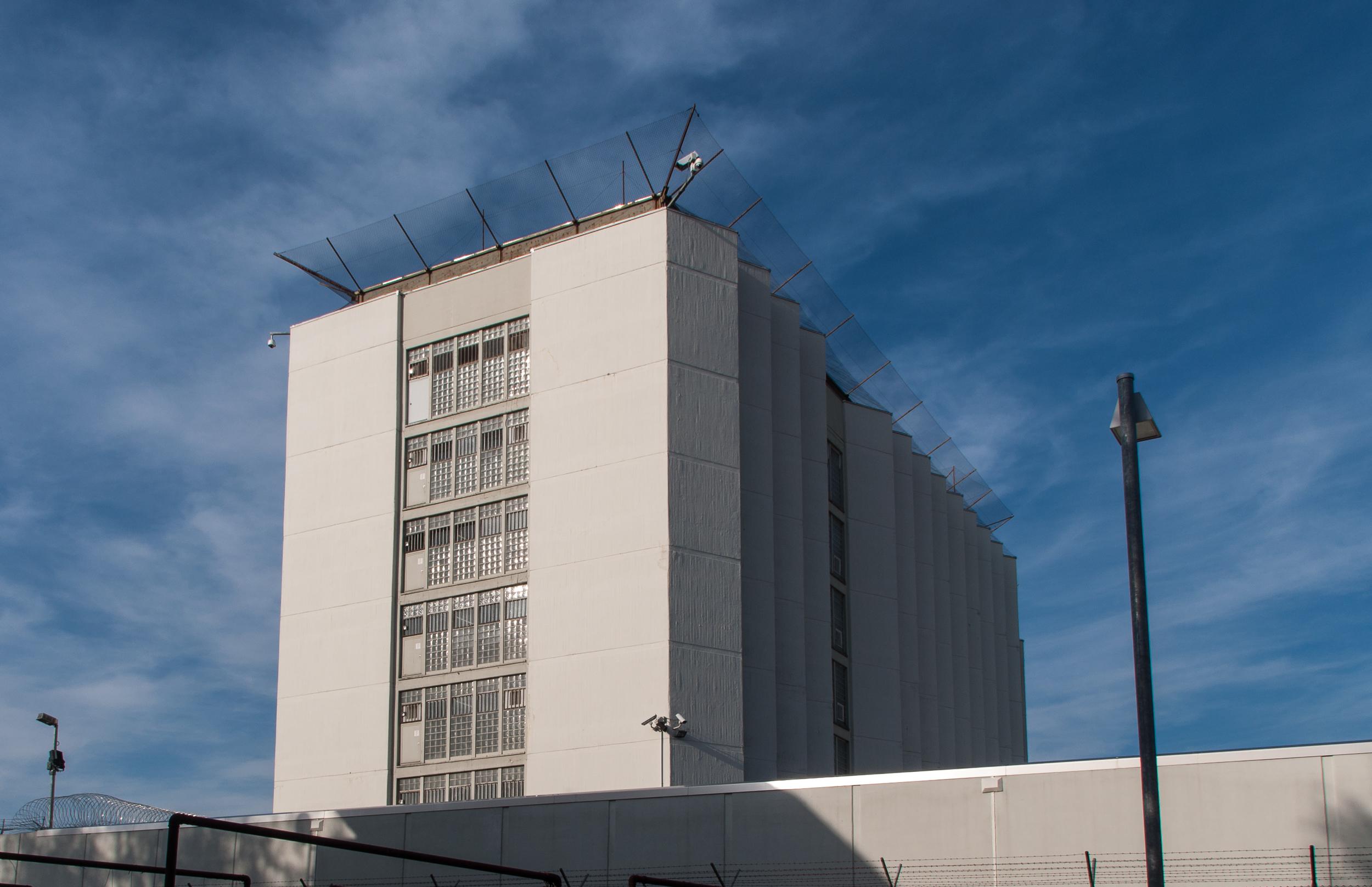 Eine Mauer umgibt das Gefängnisgebäude, um Ausbrüche zu verhindern.