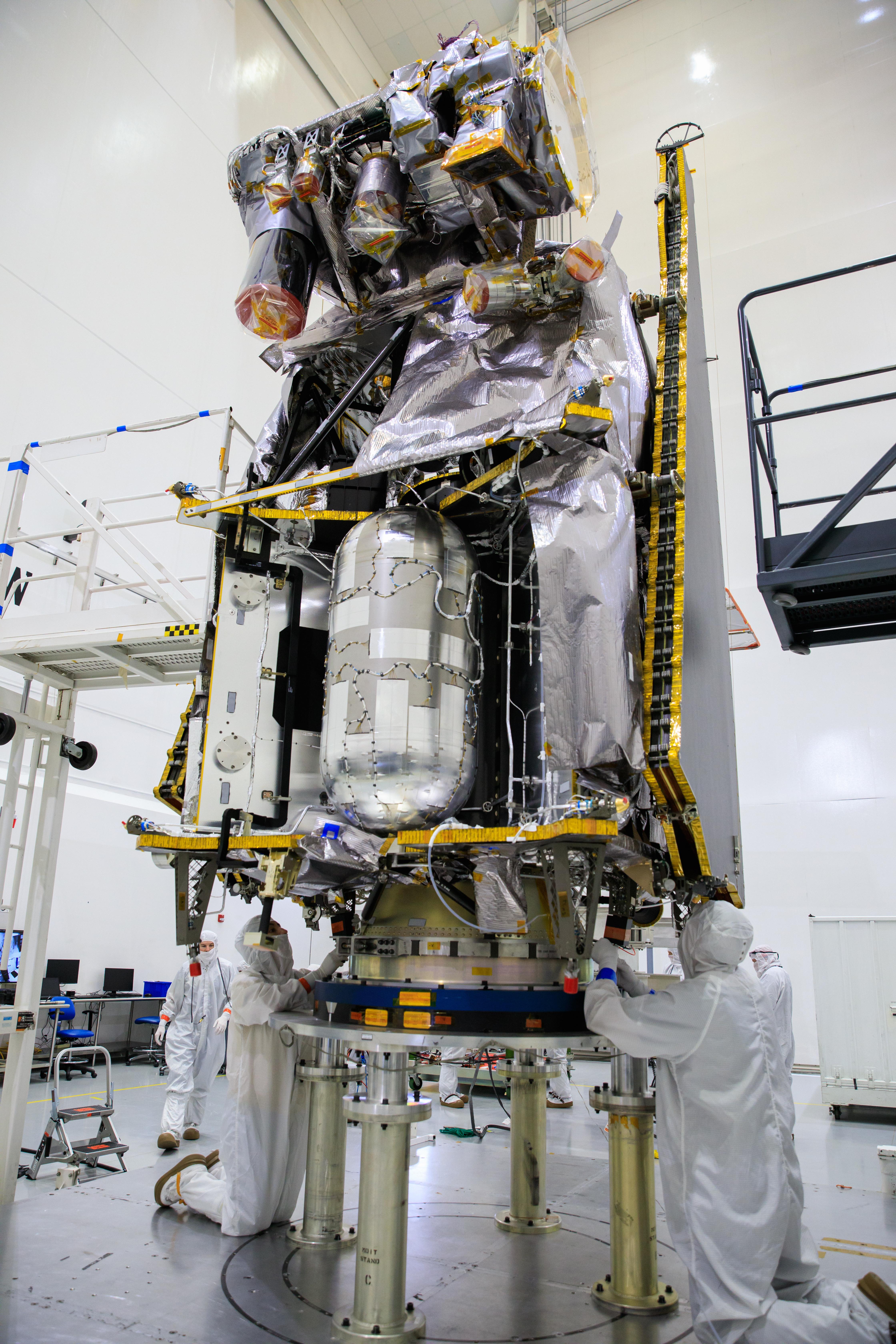 Lucy - Préparation et suivi de la mission (astéroïdes et troyens) - Octobre 2021 - Page 2 Lucy_spacecraft_lifted_to_rotation_stand_%28KSC-20210804-PH-KLS01_0001%29