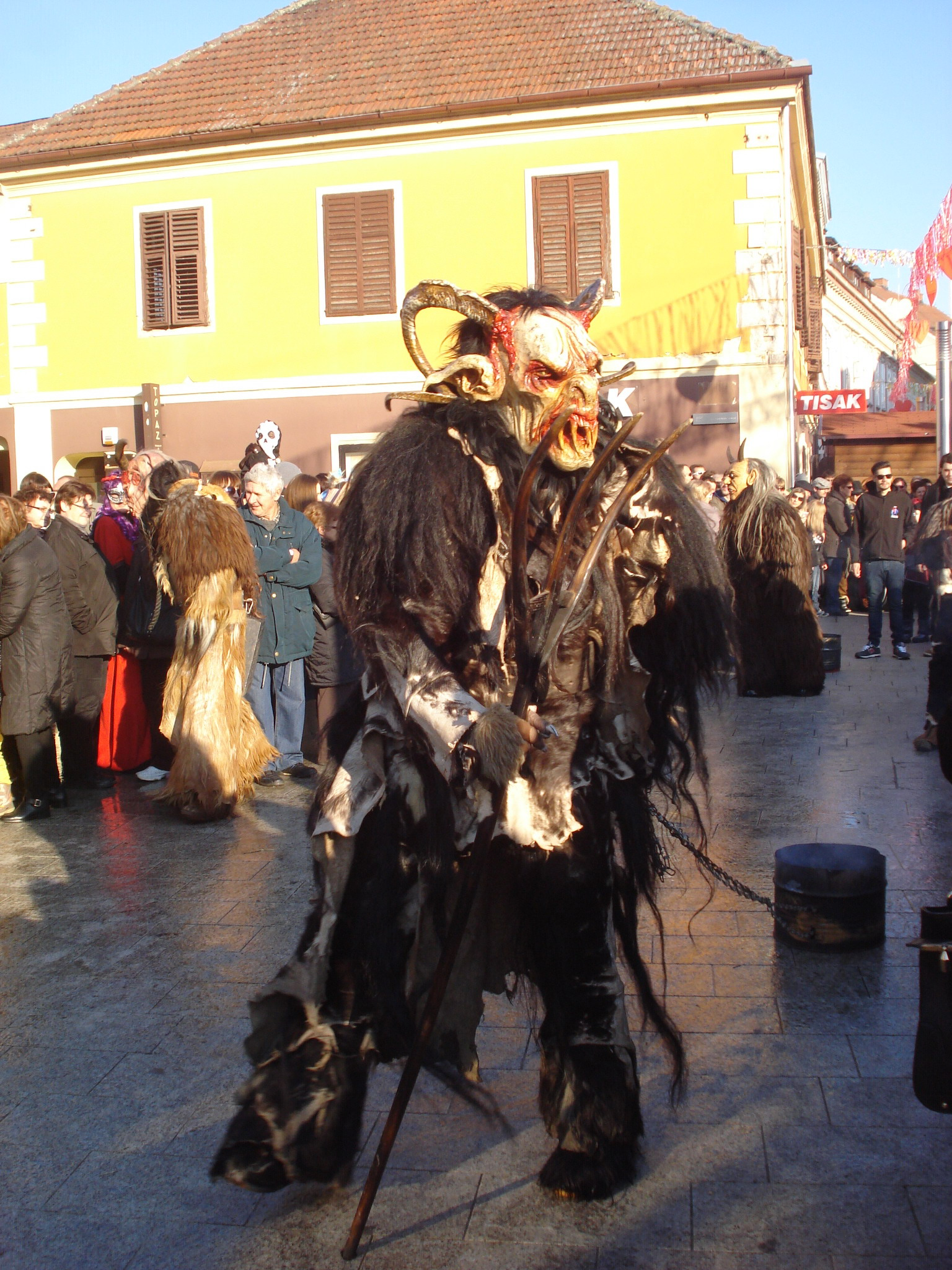 https://upload.wikimedia.org/wikipedia/commons/8/89/Me%C4%91imurski_fa%C5%A1njak_2015._-_Svetomartinski_krampus.jpg