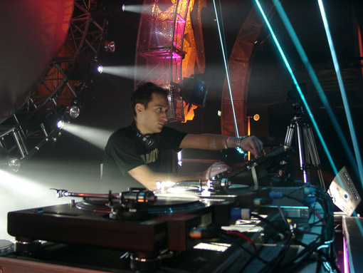 http://upload.wikimedia.org/wikipedia/commons/8/89/Paul_van_Dyk_DJing.jpg