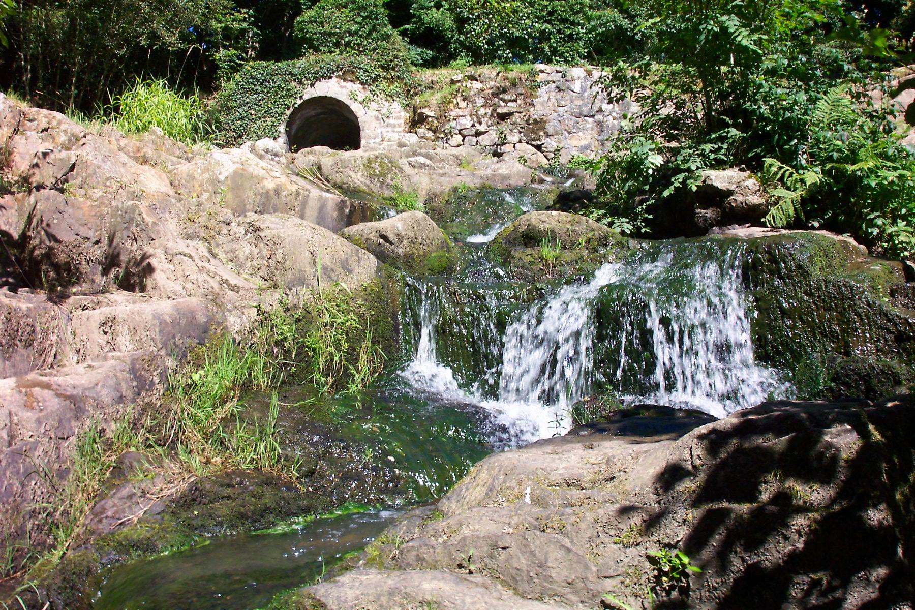 Die Teufelsbrücke auf dem Gipfel des kleinen Wasserfalls, Foto von boblenormand, Lizenz: CC by SA