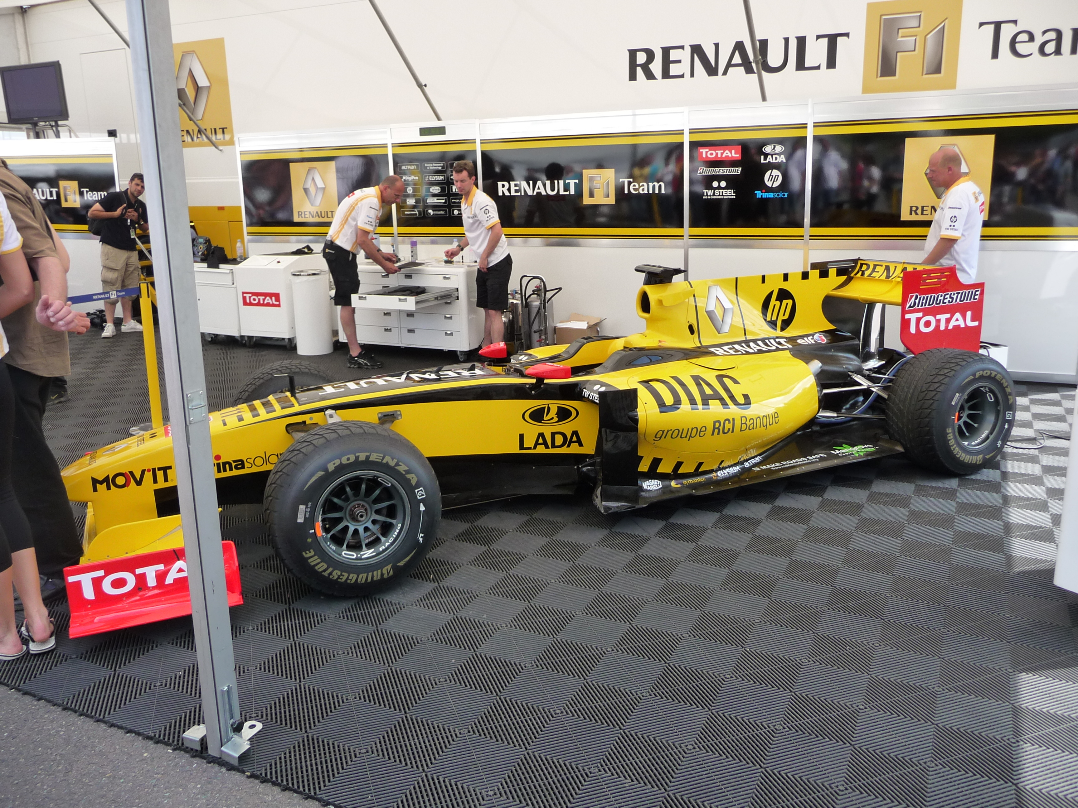 File renault f1 team garage 2010 brno wsr 03 jpg wikimedia commons - Garage renault republique ...