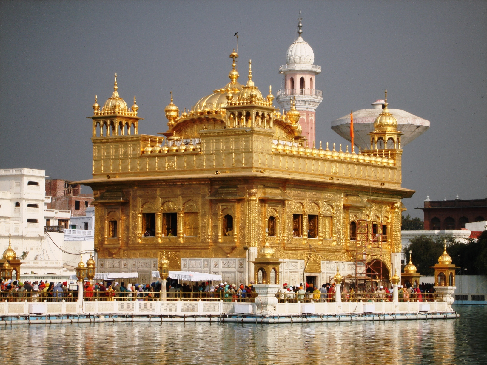 http://upload.wikimedia.org/wikipedia/commons/8/89/Sri_Harmandir_Sahib.JPG