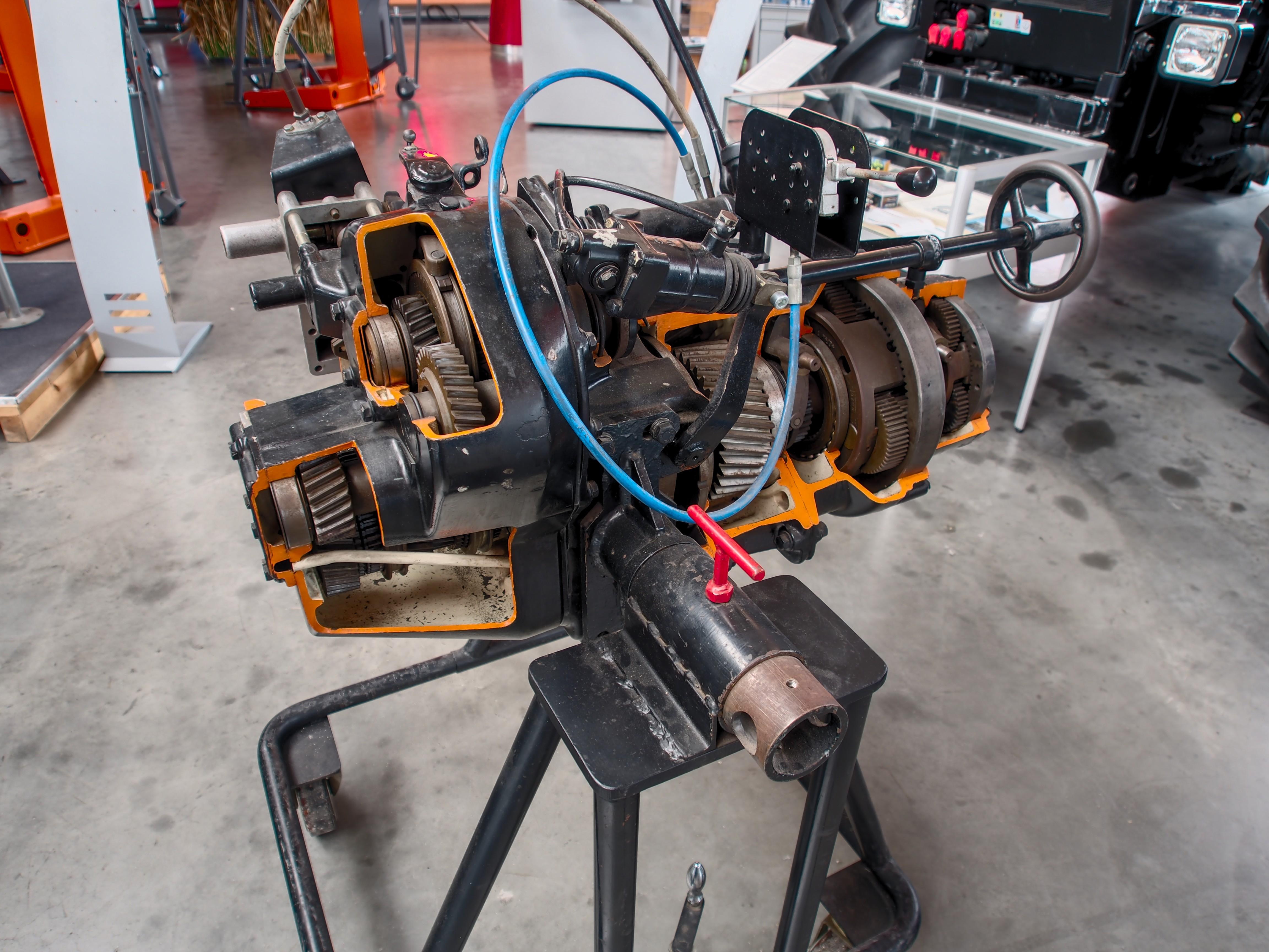 File:Unimog Getriebe, Unimoc Museum Bild 1.jpg - Wikimedia Commons