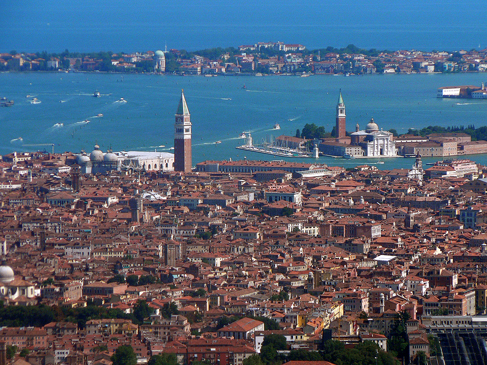 https://upload.wikimedia.org/wikipedia/commons/8/89/Venezia_veduta_aerea.jpg