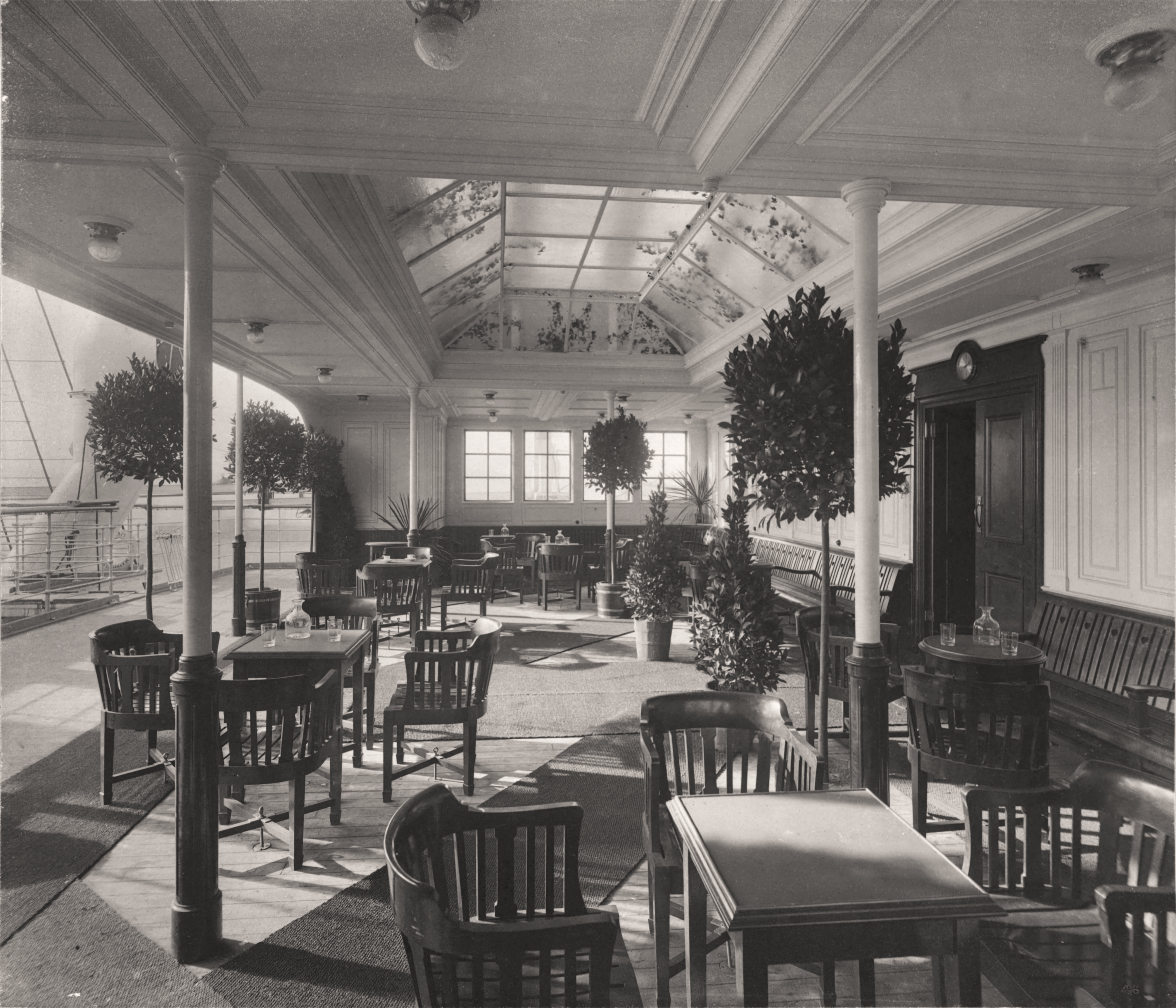 """A propos du """"luxe"""" du Titanic... - Page 2 Verandah_Caf%C3%A9_-_Mauretania"""