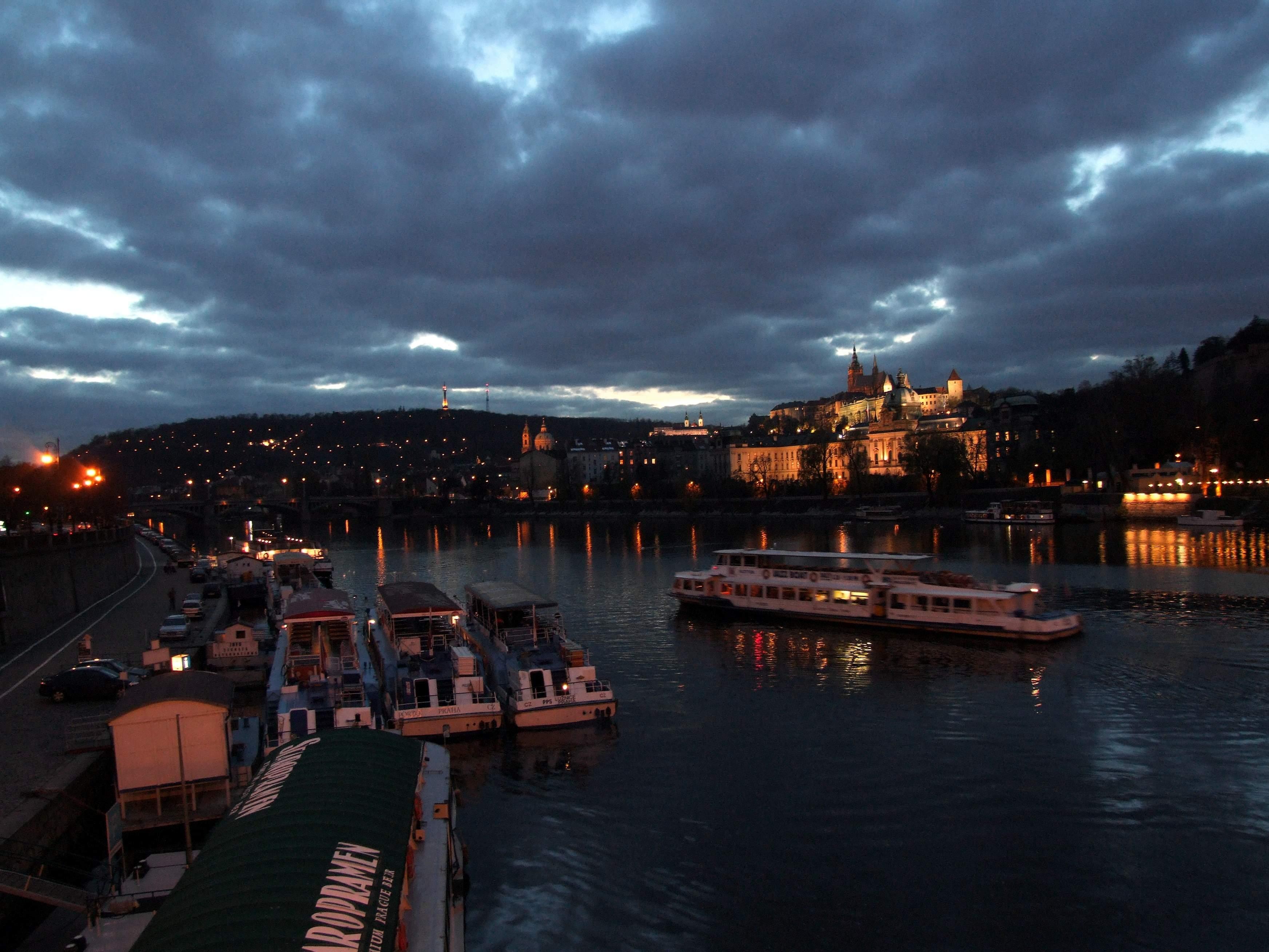 Boats on River Vltava in Praha 2006 - Quelle: WikiCommons