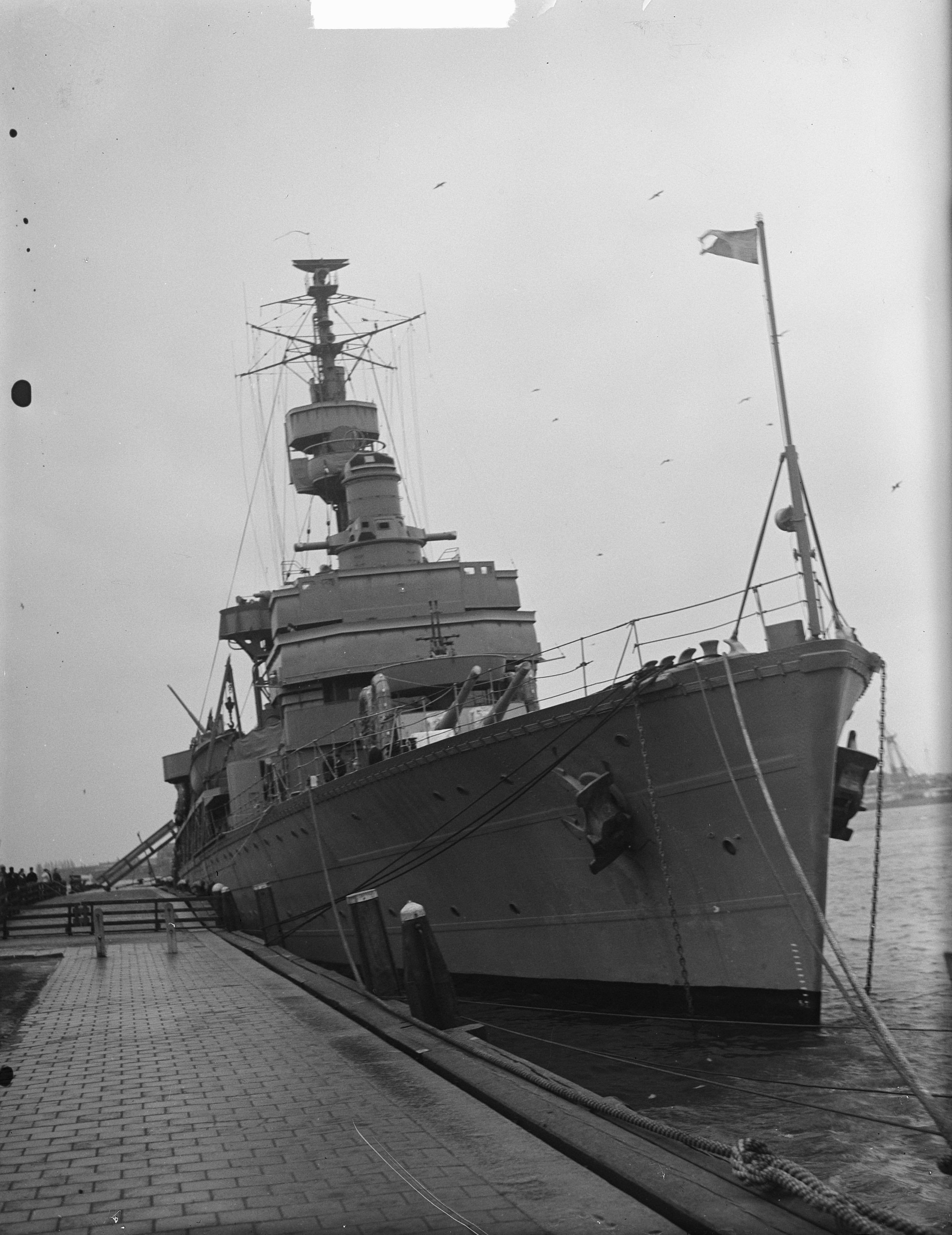 File:Zweedse kruiser Gotland in Tankhaven Rotterdam, Bestanddeelnr 903-2667 .jpg