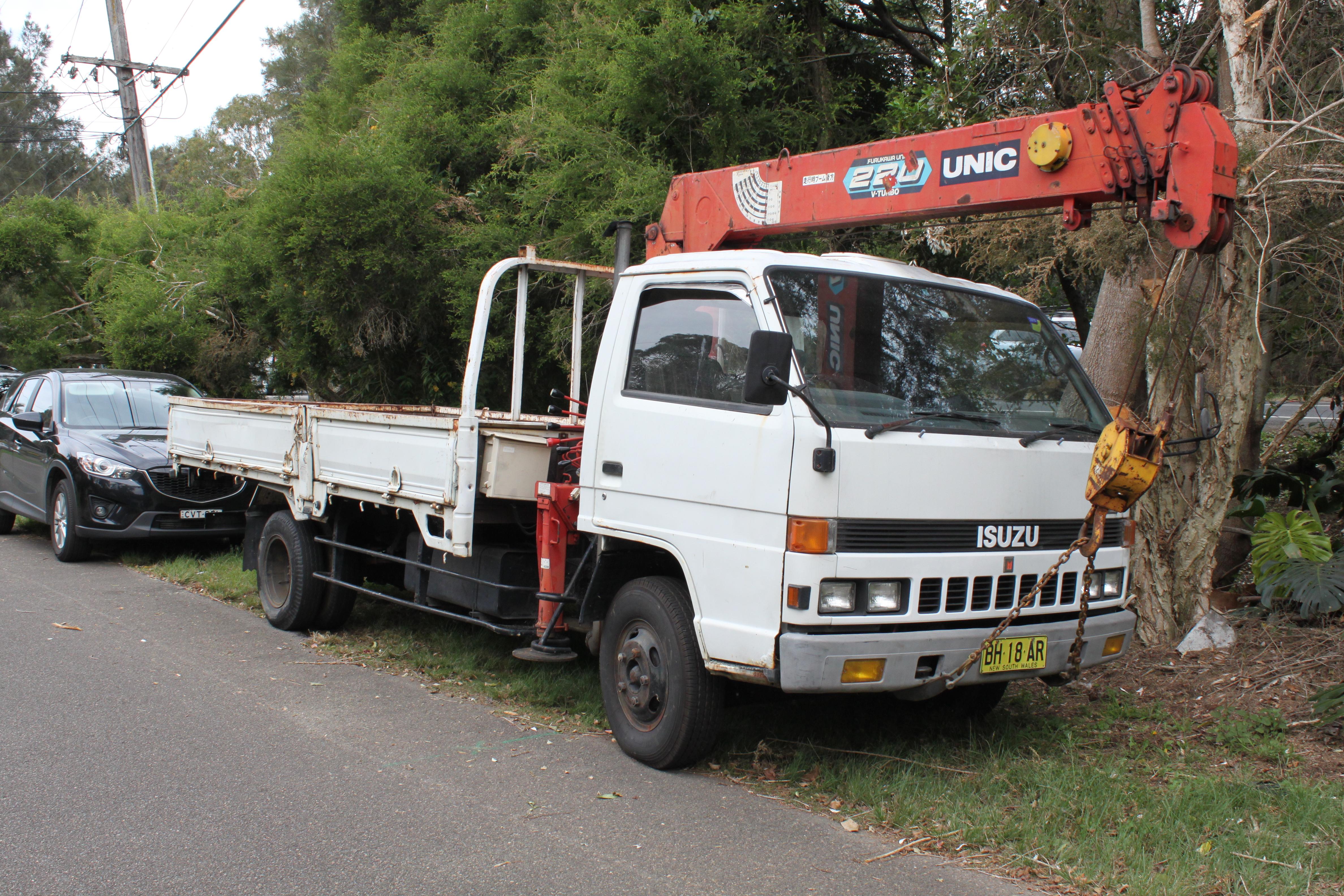 File 1986 Isuzu Elf NPR 596 2 door truck with crane