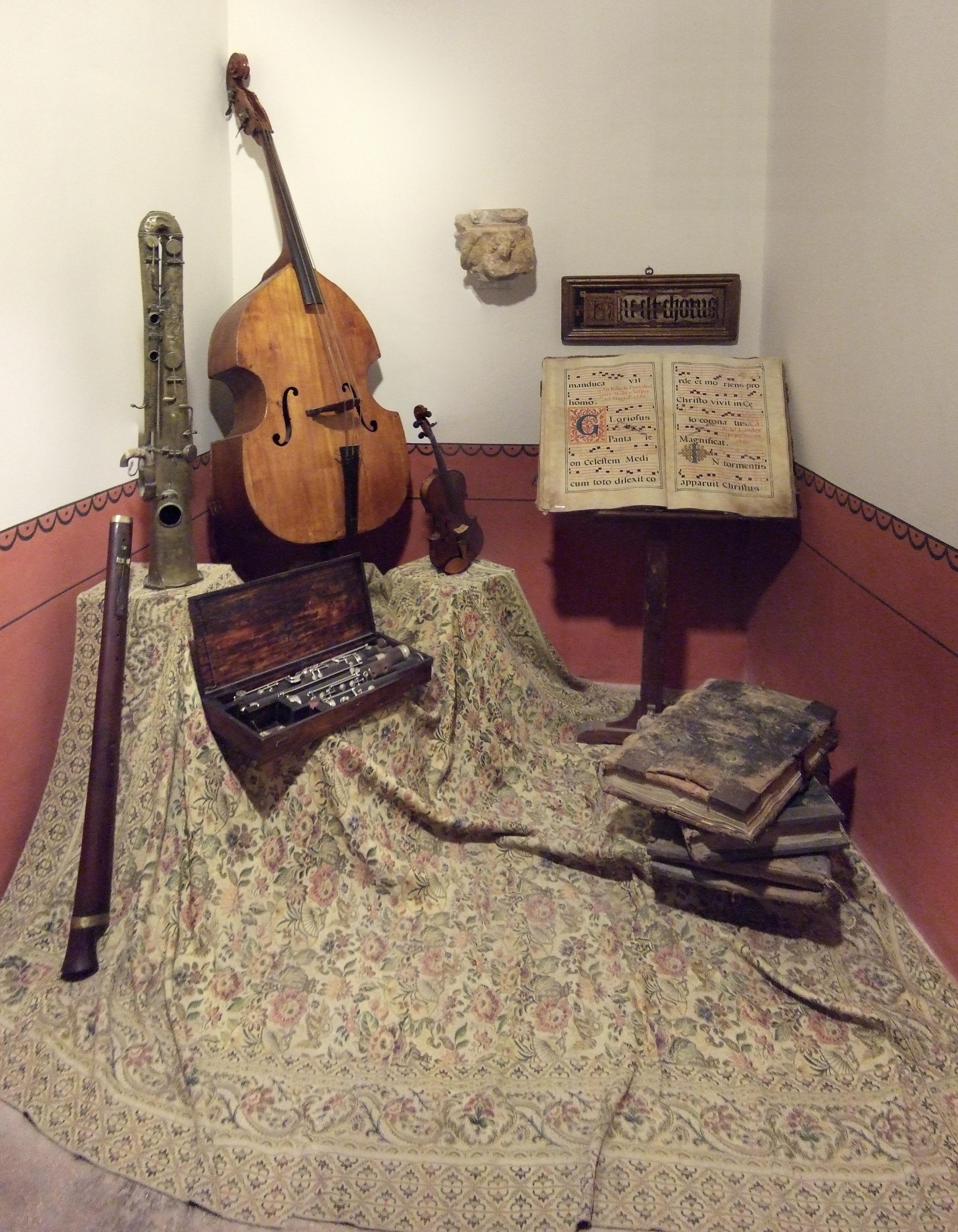 Instrumentos y partituras en el Museo Diocesano de Albarracín.