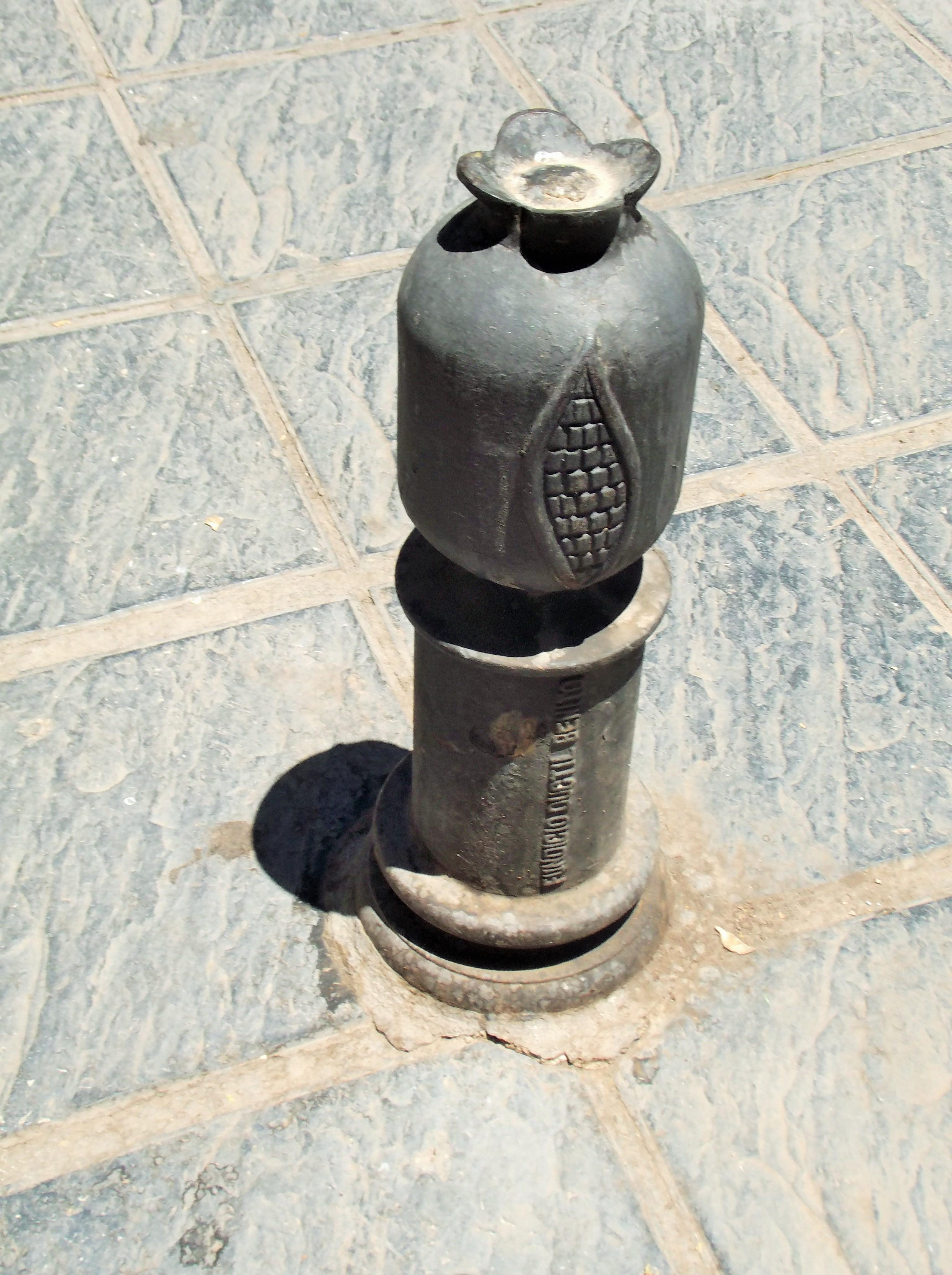 File bolardo adornado en granada cerca el jardin botanico - Cercas para jardin ...