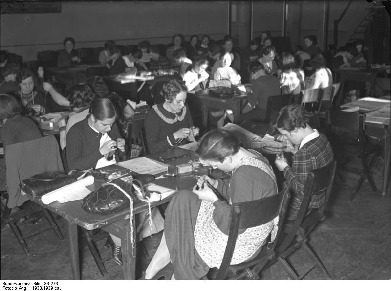 Bundesarchiv Bild 133-273, Worms, BDM-Mädchen bei Nähabend
