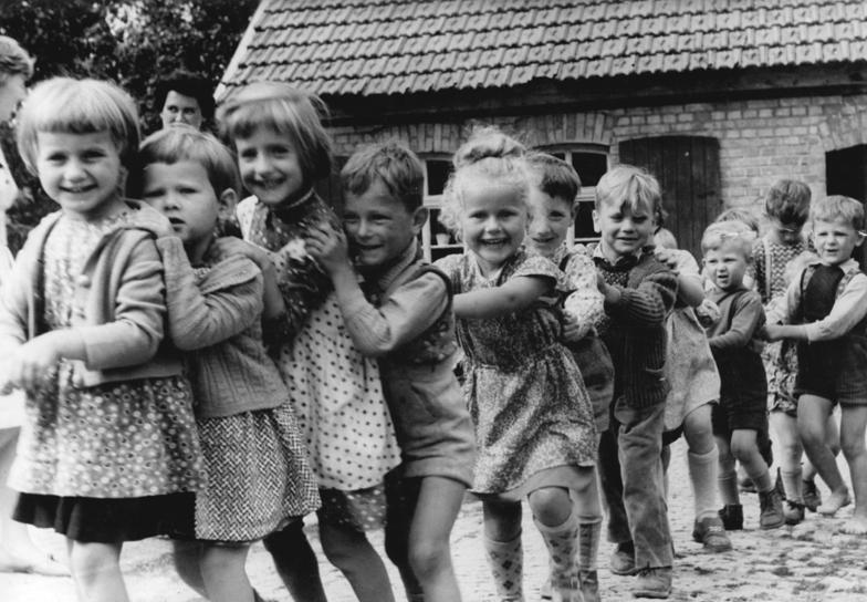 Bundesarchiv Bild 183-87238-0002, Henningsleben, Kindergartenkinder im Spiel