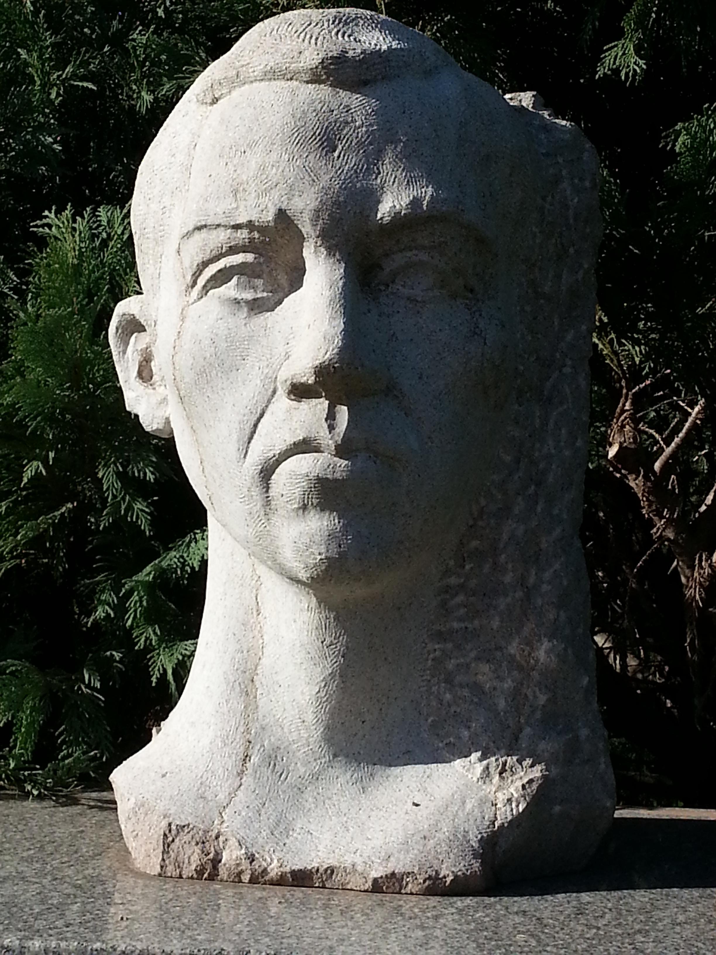 Busto de Miguel Hernández en el Paseo de los Poetas, El Rosedal, Buenos Aires.