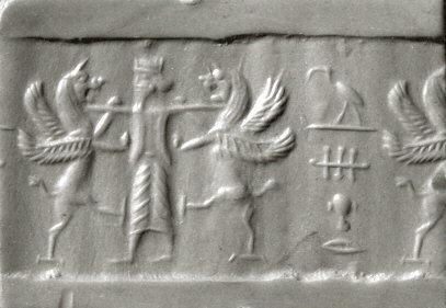 一個西元前6-5世紀的波斯圓柱圖章(cylinder seal)壓印,右側可見埃及文,寫著:「托特(Thoth)守護著我。」(Wiki)