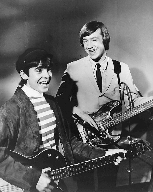 Davy Jones en Peter Tork (rechts) van The Monkees in 1966