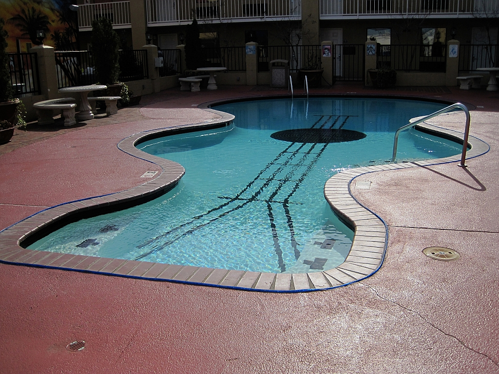Days inn pool pictures to pin on pinterest pinsdaddy for Piscinas insolitas