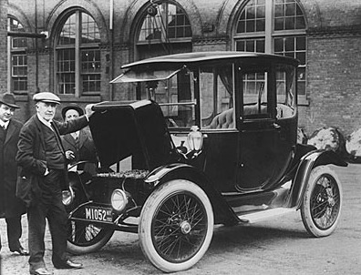 Photo of Thomas Edison with an electric car, 1913.  Source : the Smithsonain: http://americanhistory.si.edu/edison/ed_d22.htm