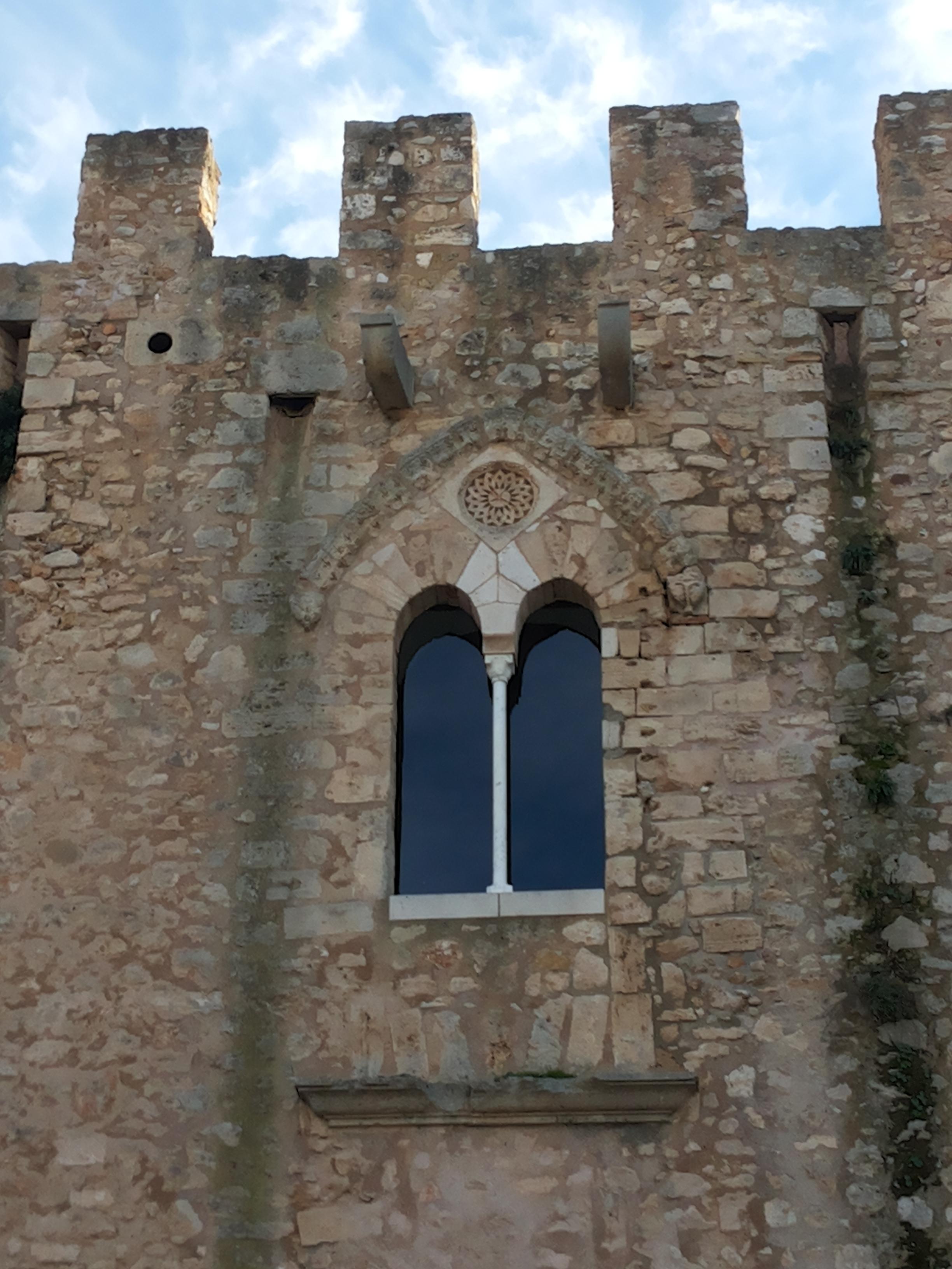 File finestra bifora del castello di - Finestra da colorare ...