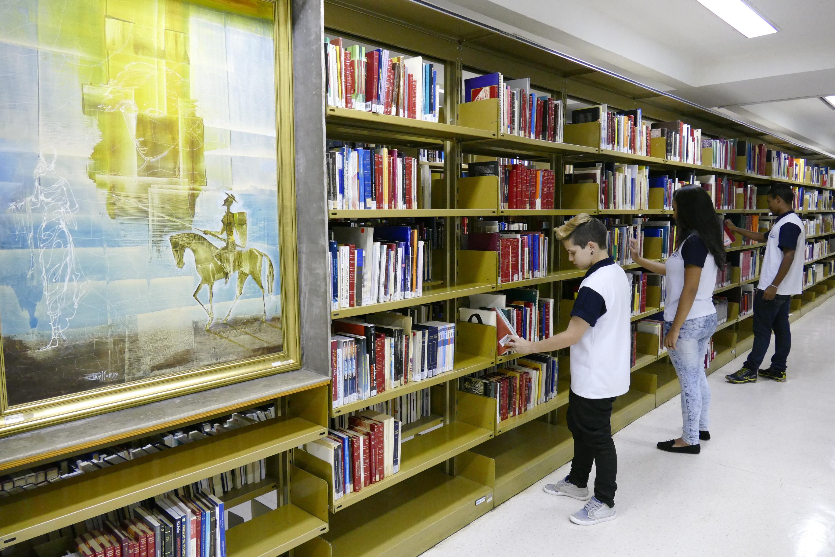 Bücherwand - Quelle: WikiCommons, genauere Angaben am Artikelende