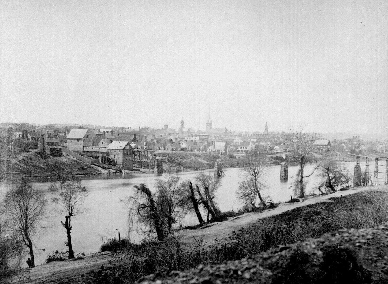 http://upload.wikimedia.org/wikipedia/commons/8/8a/Fredericksburg_rappahannock_1863.jpg