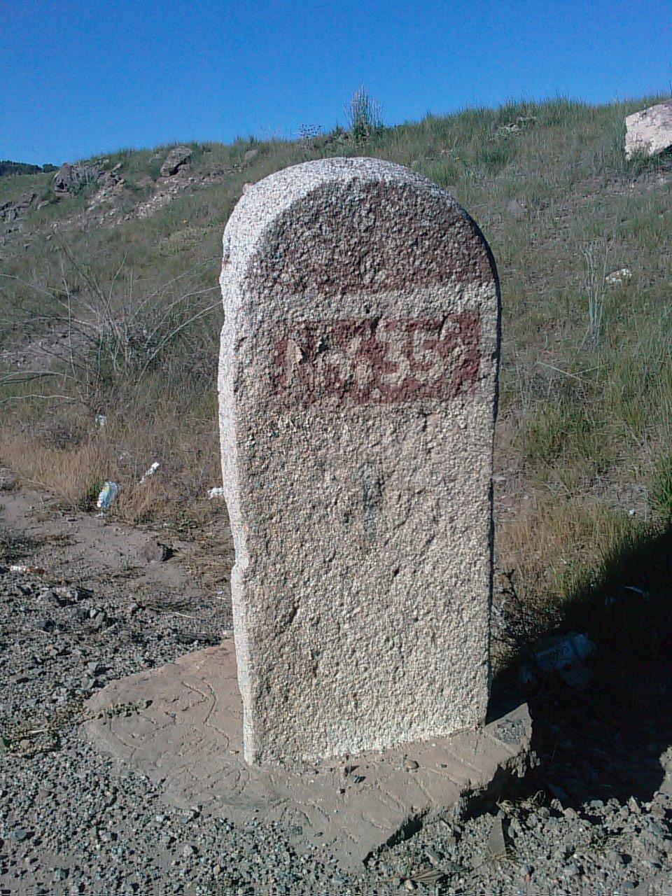 File:Hito de granito antiguo N-435.jpg