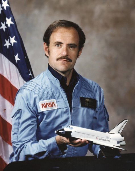Astronaut J. Mike Lounge, NASA photo (1989)Source: Wikipedia (www.jsc.nasa.gov unavailable June 2020) John_Lounge.jpg