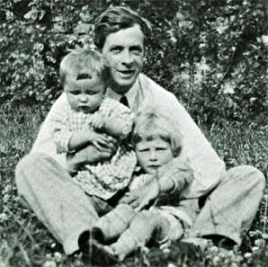Huxley with his two sons, Anthony and Francis. Julian Huxley and 2 sons.jpg