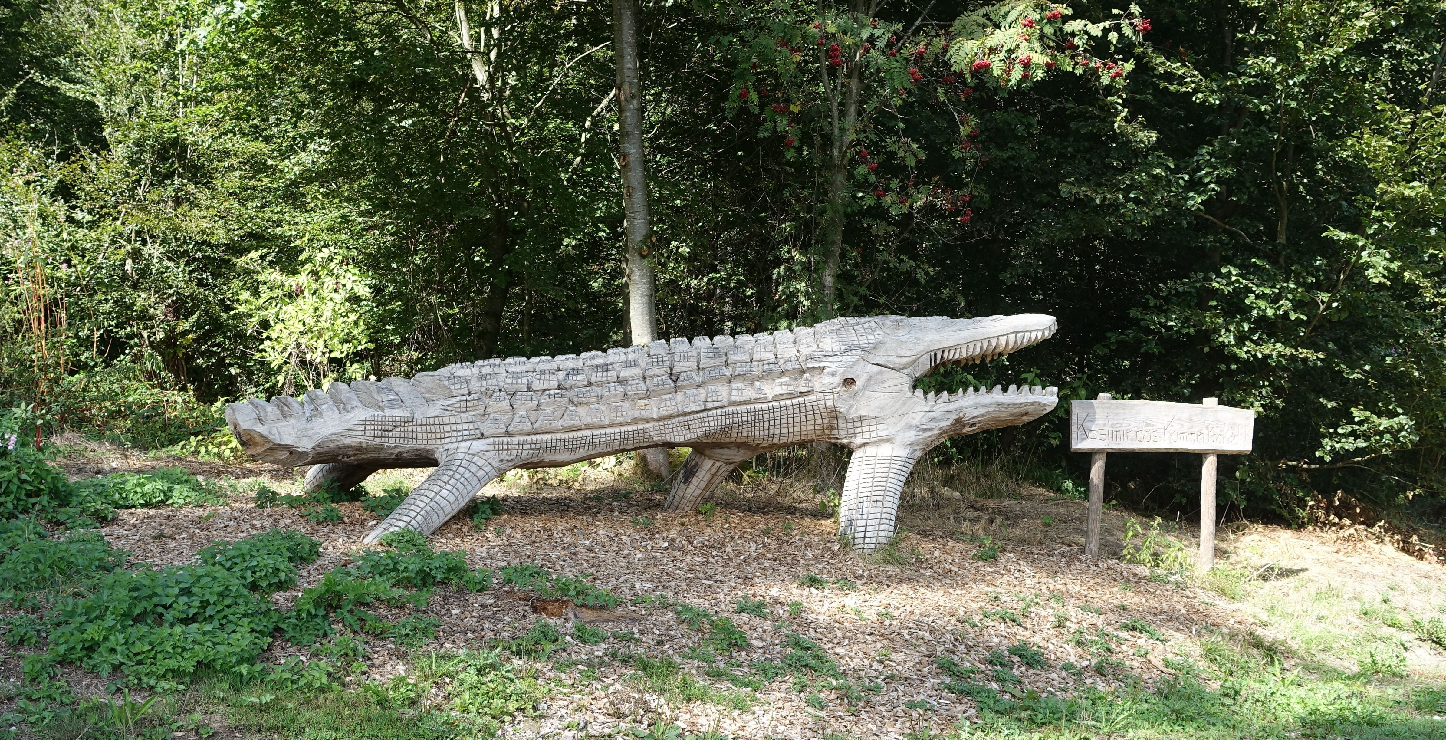 file krumbach krumbad holz skulptur krokodil im waldgebiet jpg wikimedia commons. Black Bedroom Furniture Sets. Home Design Ideas