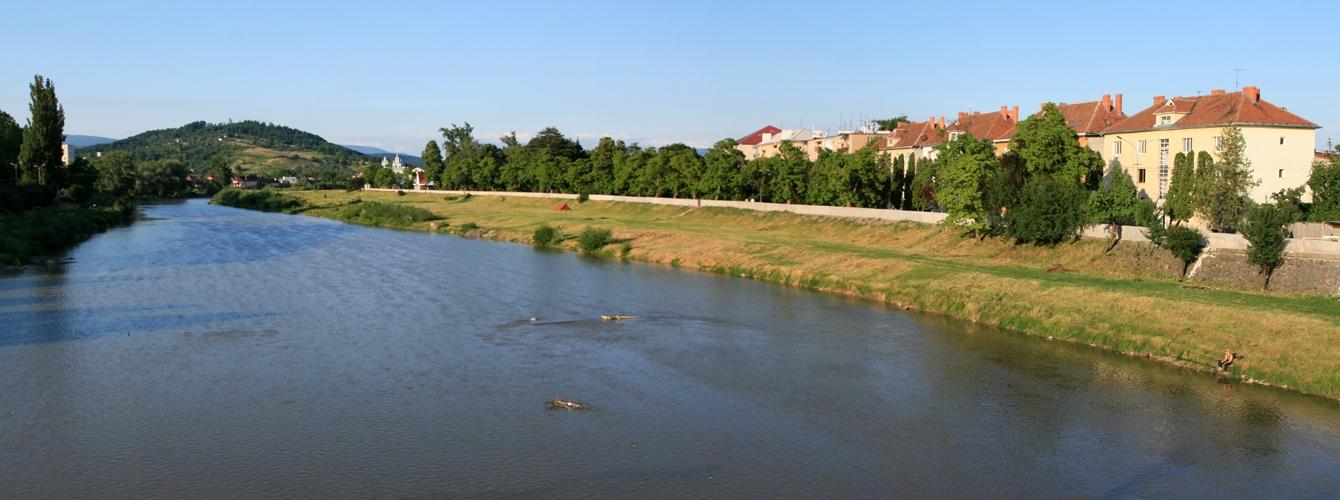 Река Латорица делит Мукачево на правобережную (центральную) и левобережную части