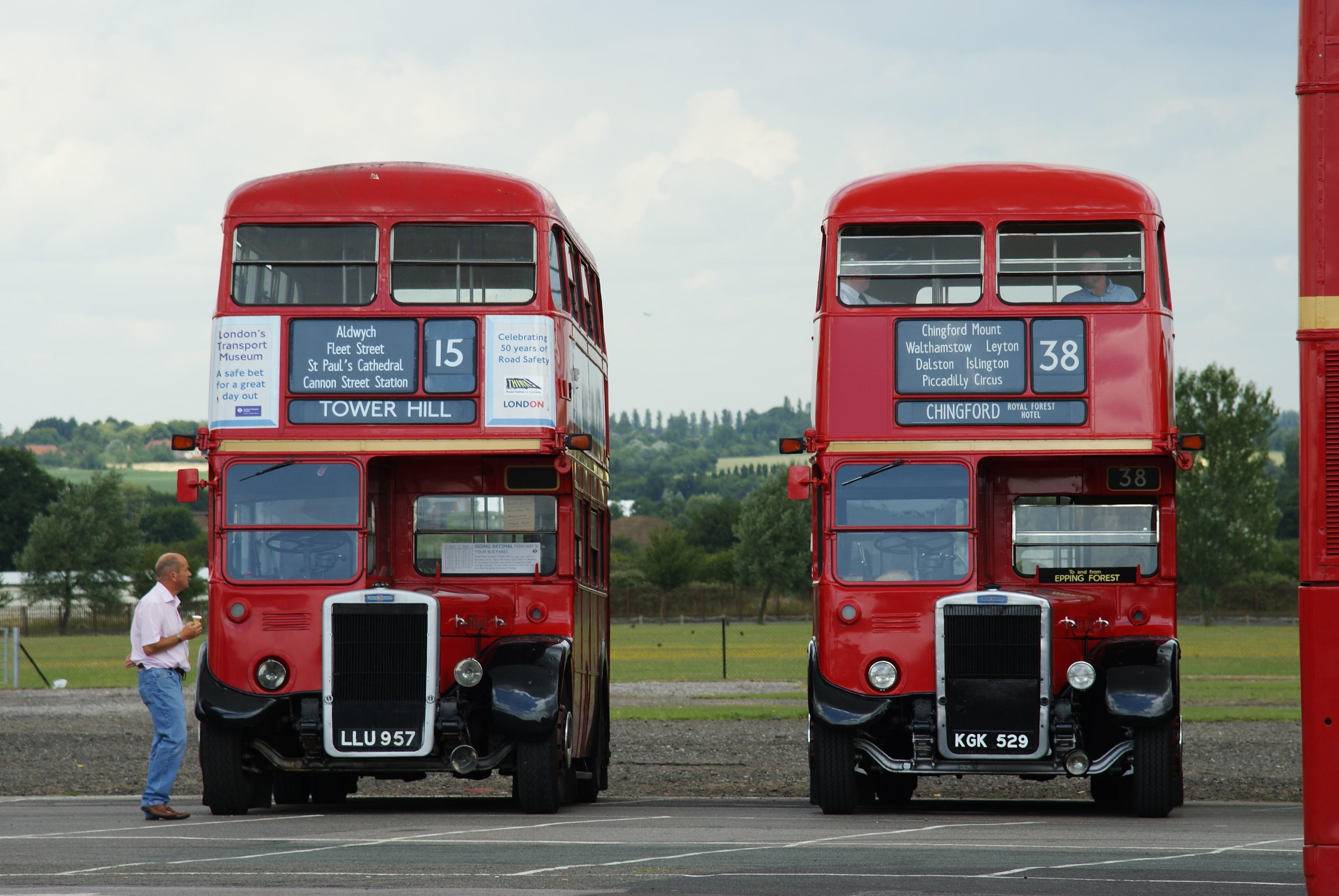 JEU du Numéro - Page 2 London_Transport_buses_RTW457_%28LLU_957%29_%26_RTW29_%28KGK_529%29%2C_2009_North_Weald_bus_rally