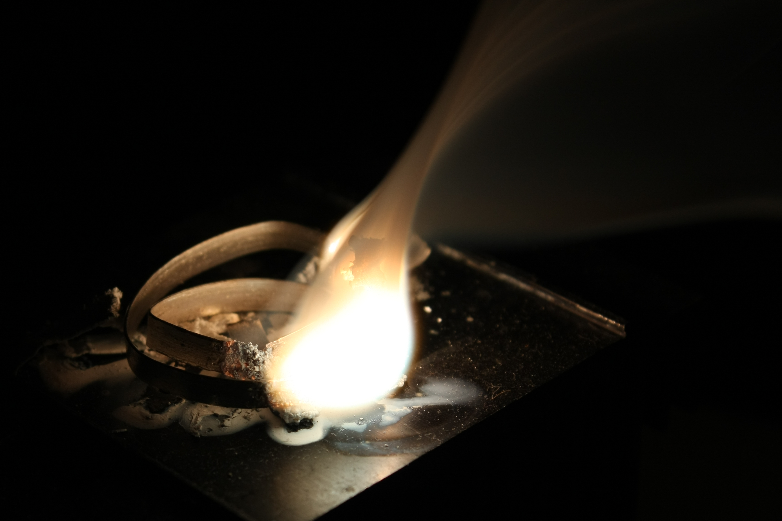 Magnesium ribbon burning.jpg