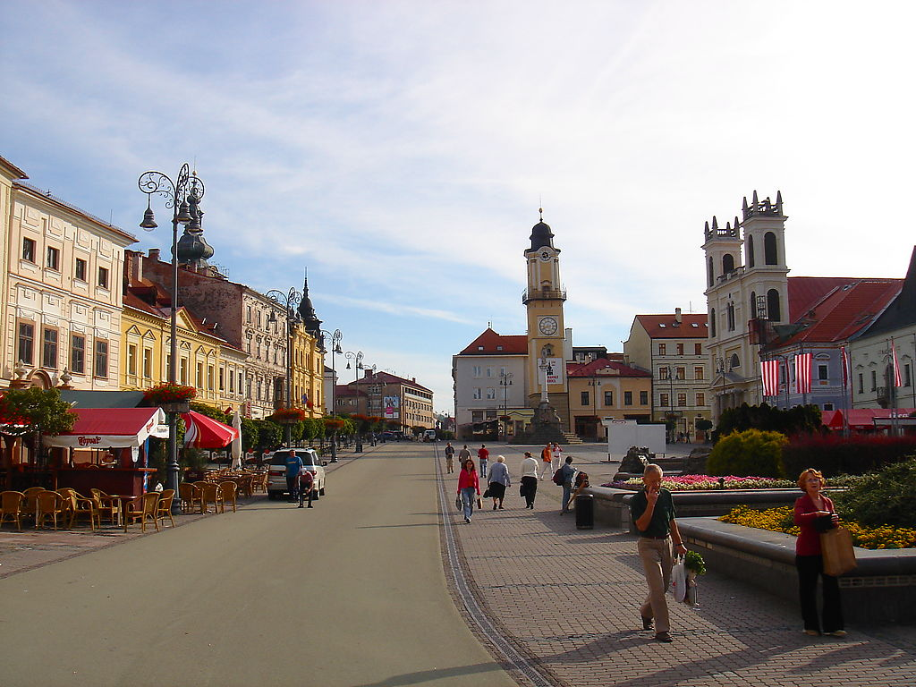 https://upload.wikimedia.org/wikipedia/commons/8/8a/Main_square_of_Bansk%C3%A1_Bystrica%2C_Slovakia.jpg