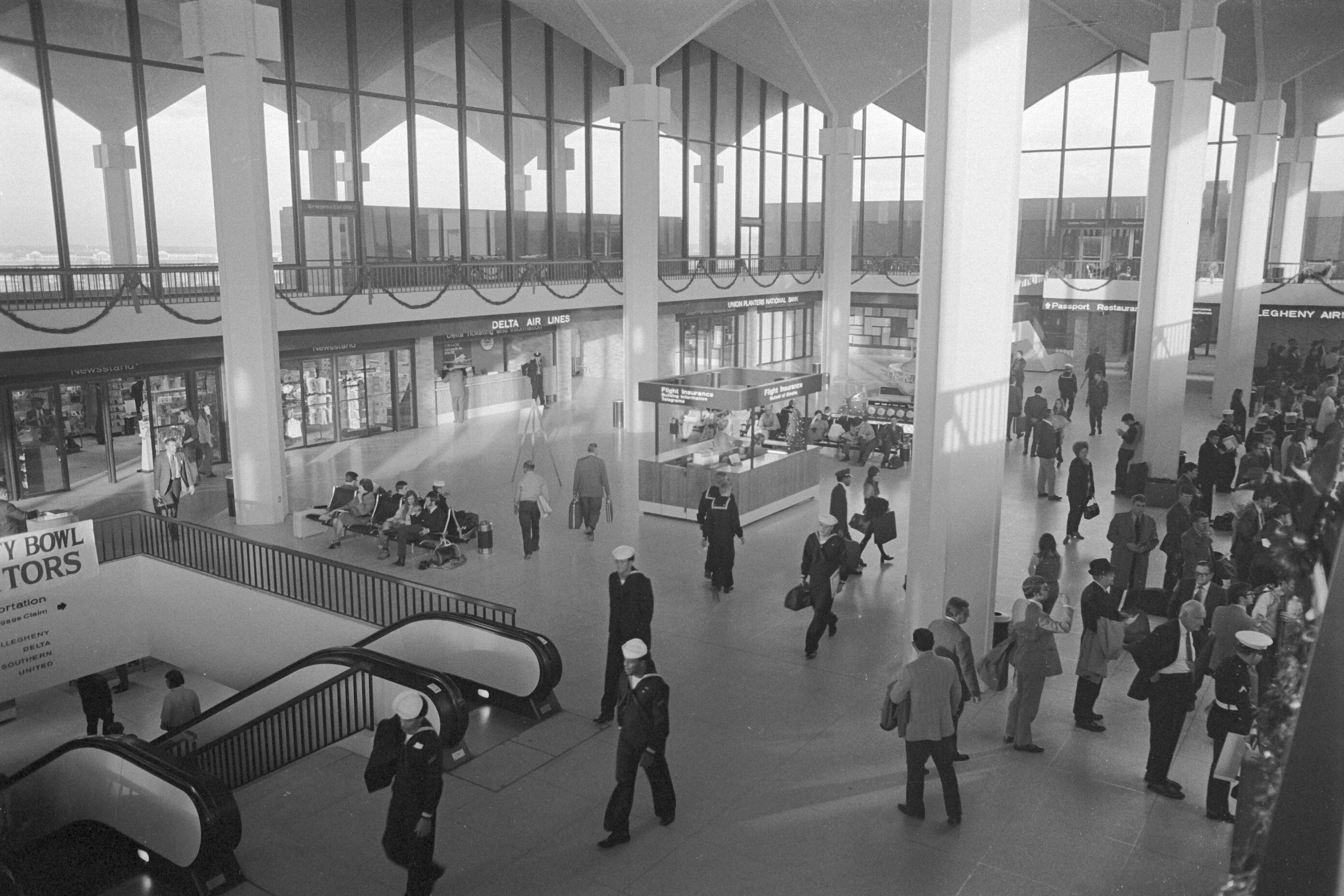 http://upload.wikimedia.org/wikipedia/commons/8/8a/Memphis-international-airport-1970s.jpg
