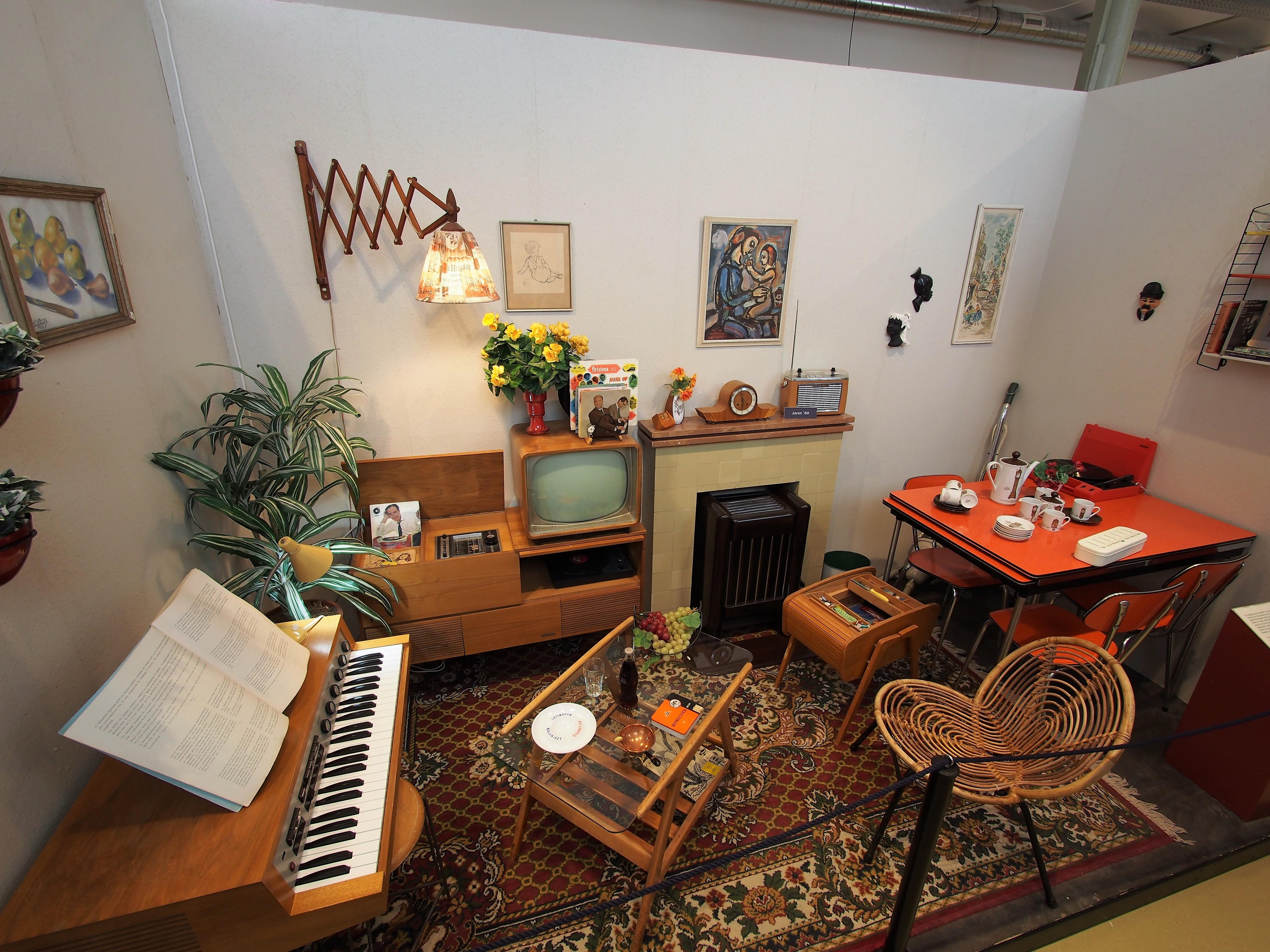 File:Museum van de Twintigste Eeuw, Oude woonkamer jaren 60 foto 1 ...