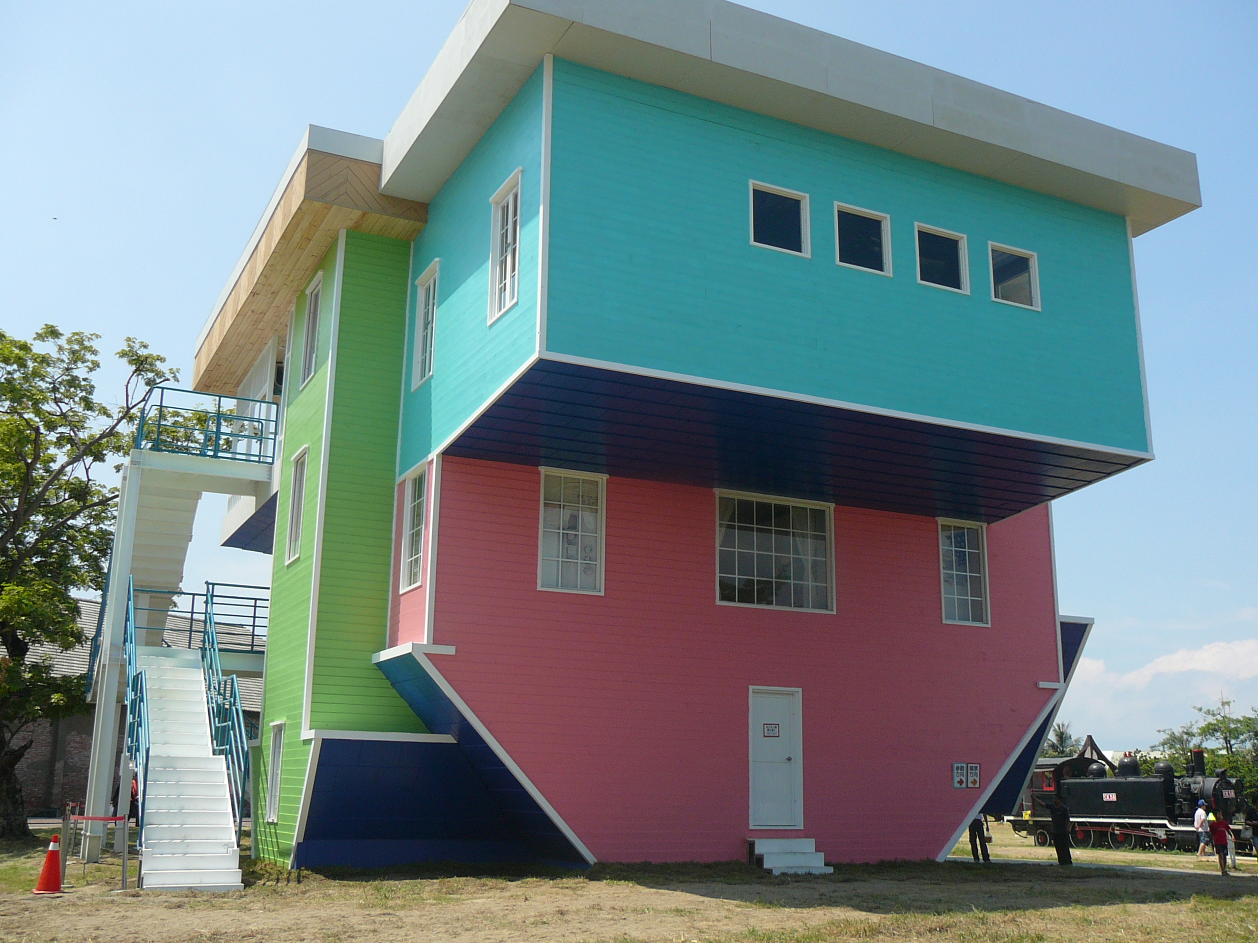 File:Pier-2 Upside Down House in Kaohsiung.jpg - Wikimedia Commons