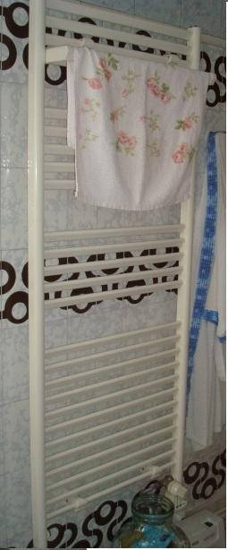 File s che serviette de bain jpg wikimedia commons - Seche serviette faible largeur ...