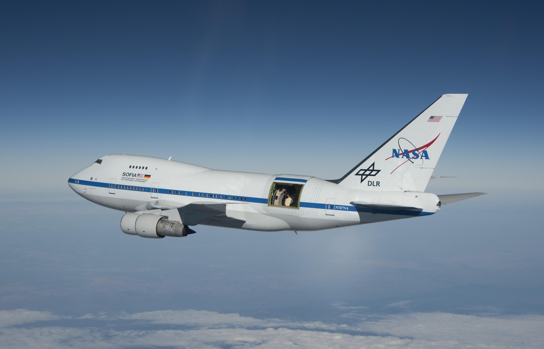 SOFIA im Reiseflug mit offener Ausblicksluke für das IR-Teleskop, Quelle: wikipedia