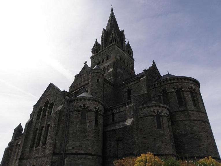 Flanc droit et chevet de l'église de Saint-Malo-de-Phily (35).