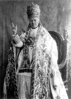 An official photograph of Pius X wearing Papal regalia on 14 August 1903. Spiox.jpg
