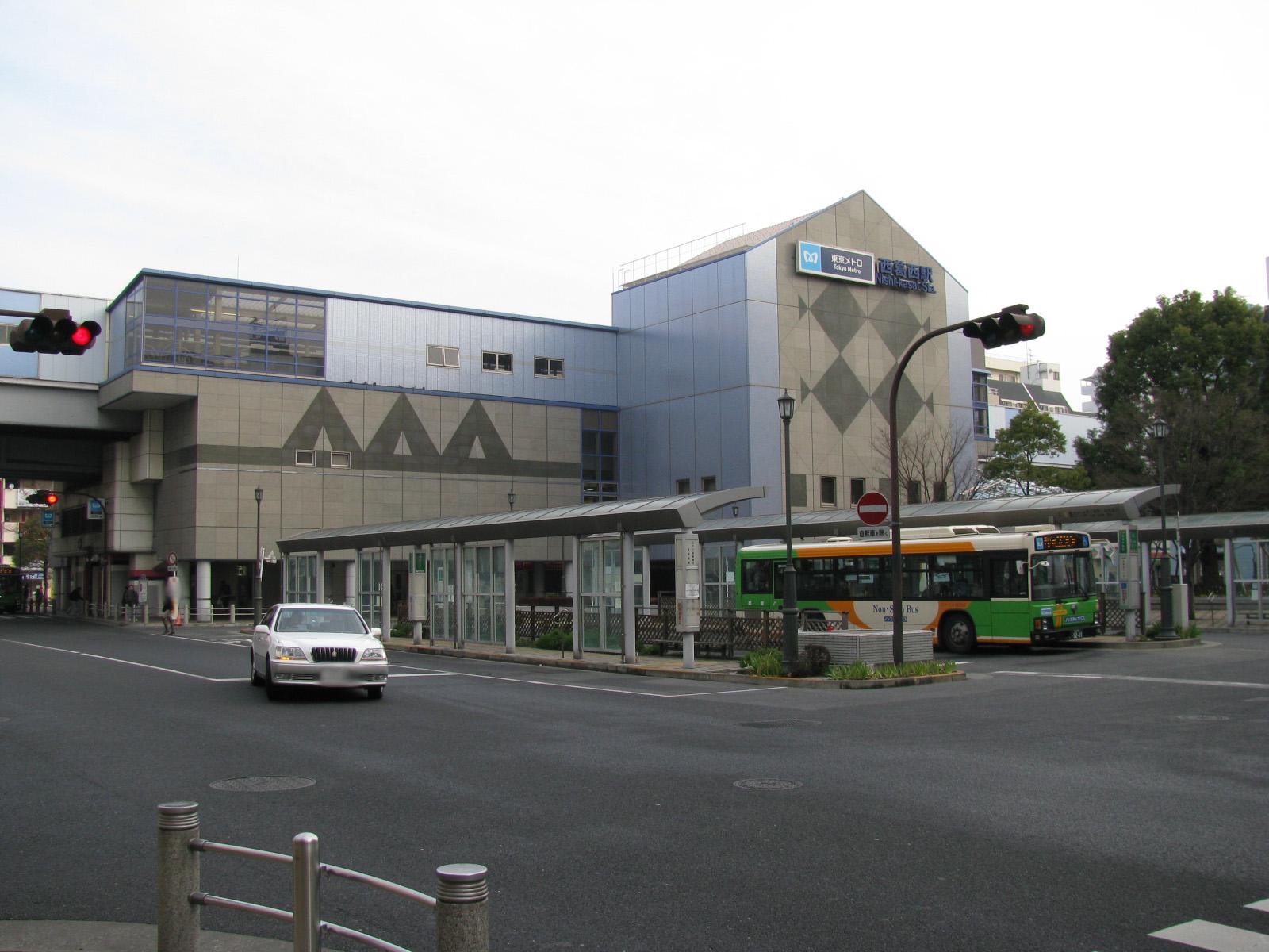 https://upload.wikimedia.org/wikipedia/commons/8/8a/Tokyo_Metro_Nishi-kasai_sta_002.jpg