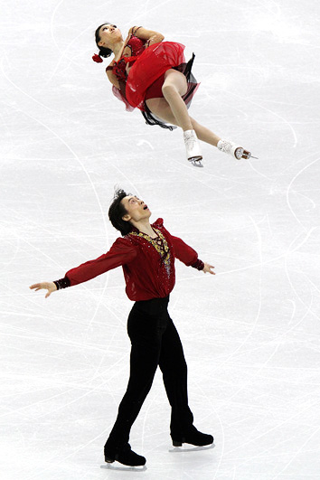 Pang and Tong perform a triple twist at the 2010 Olympics.