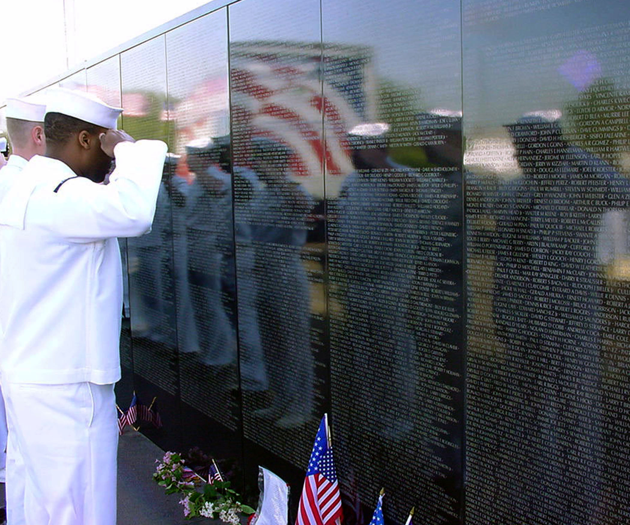 File:US Navy 030527-N-0962S-001 Sailors from USS Oak Hill