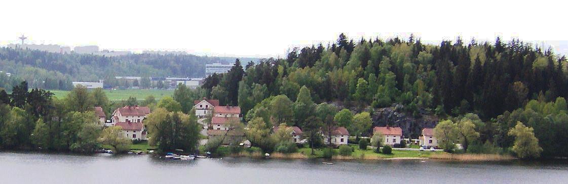 Vita villorna sedda från Tullinge kyrka. I bakgrunden skymtar Storvreten i Tumba.