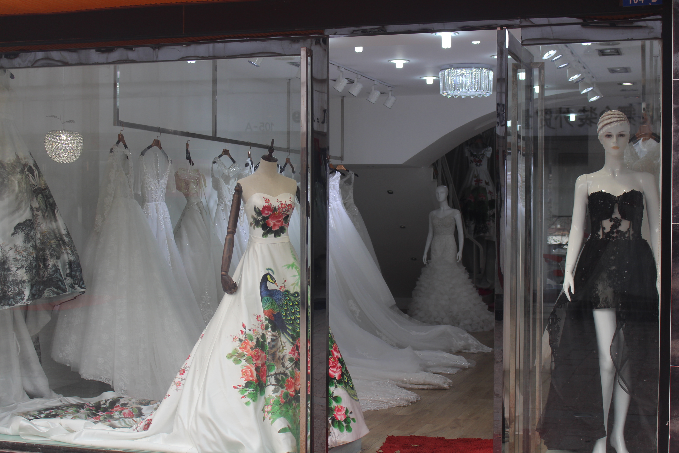 File:Wedding Dress Shop.jpg - Wikimedia Commons