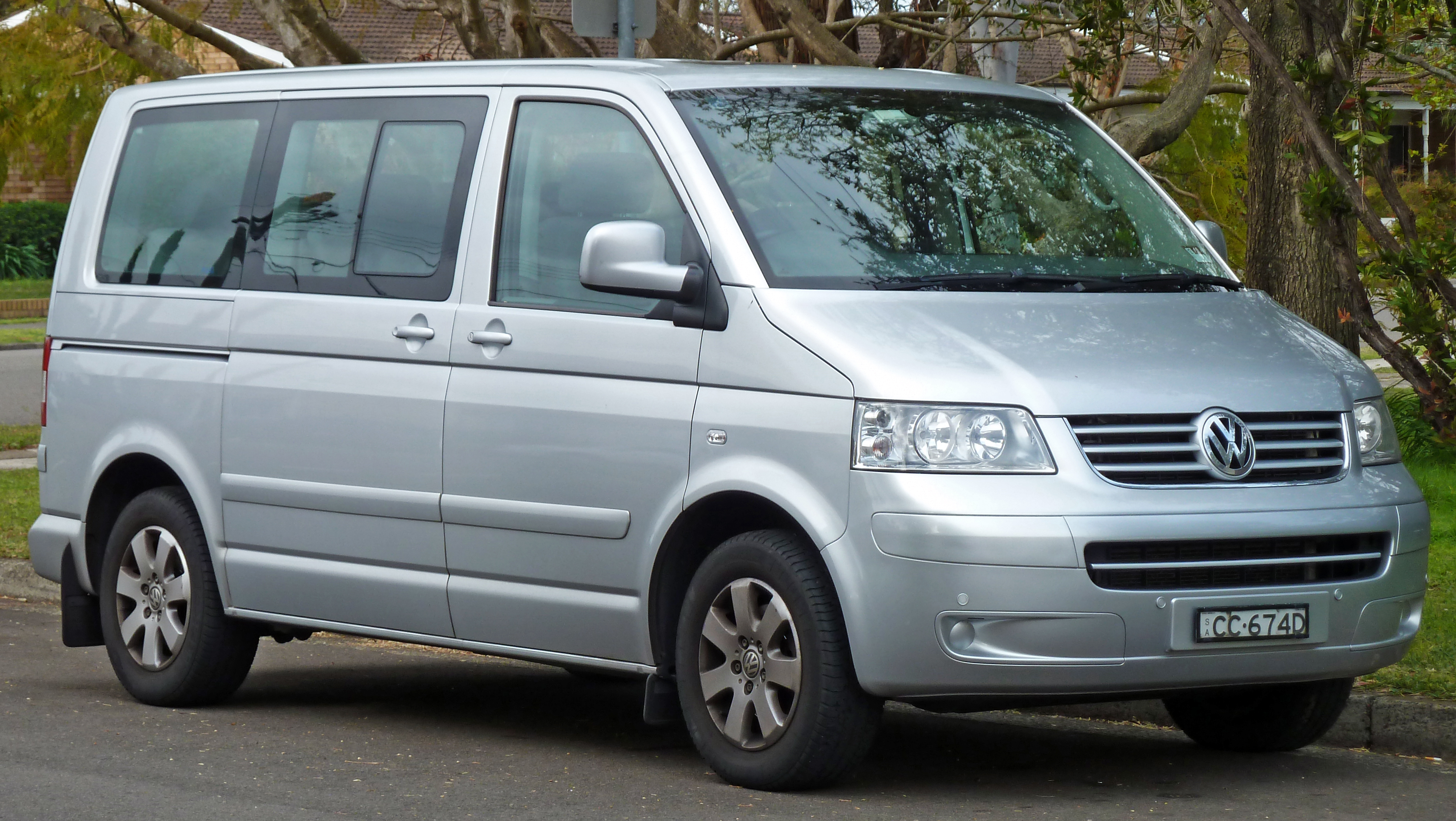 Description 2004-2010 Volkswagen Multivan TDI van 01.jpg