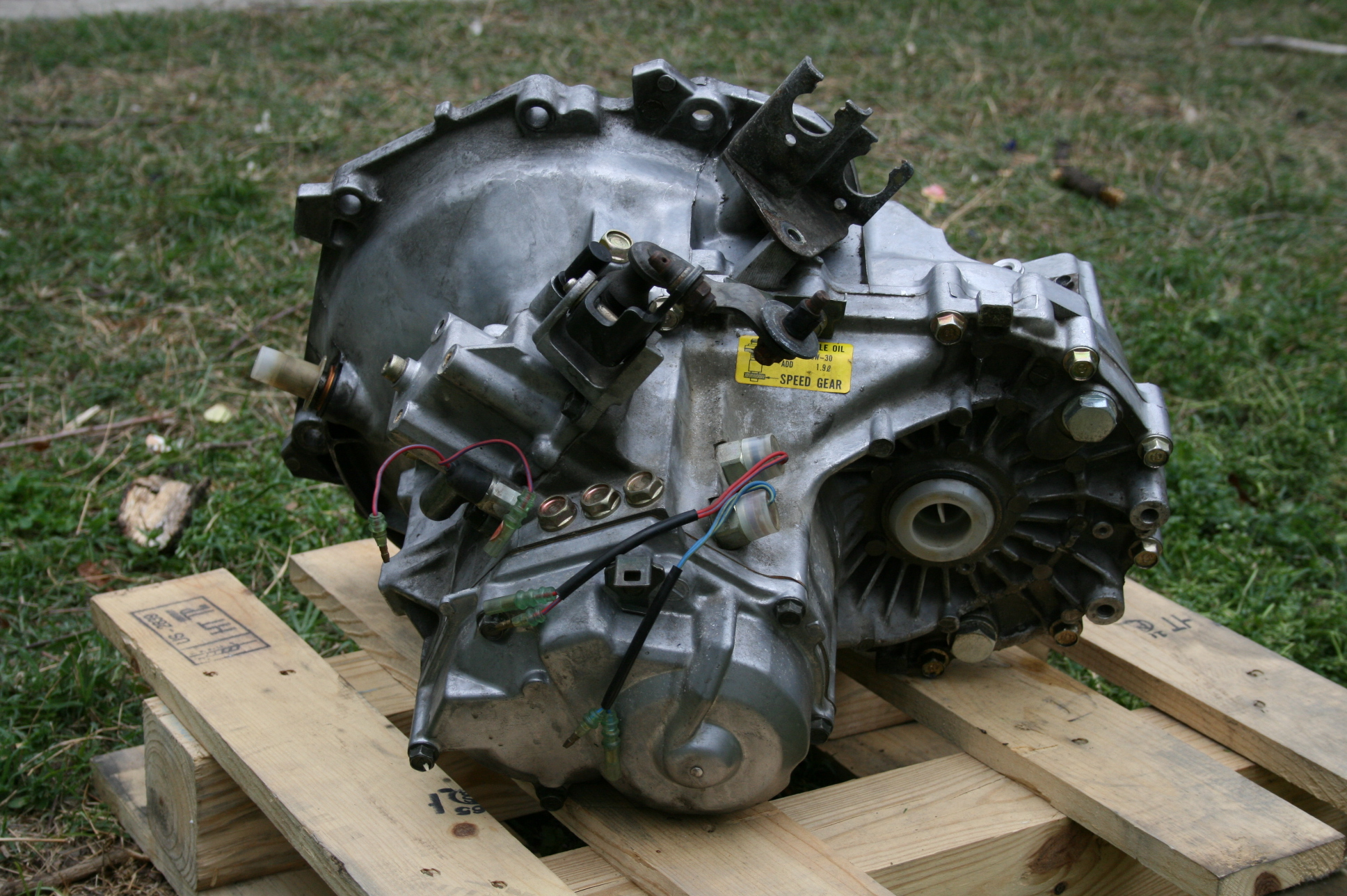 Manual Transmission >> File:2008-04-19 Manual transaxle - fender side.jpg - Wikimedia Commons