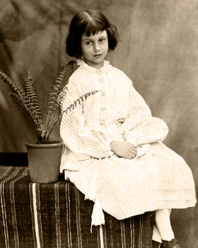 https://upload.wikimedia.org/wikipedia/commons/8/8b/Alice_Liddell.jpg